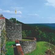De witte rotsen van Mousny en het graf van de ridder